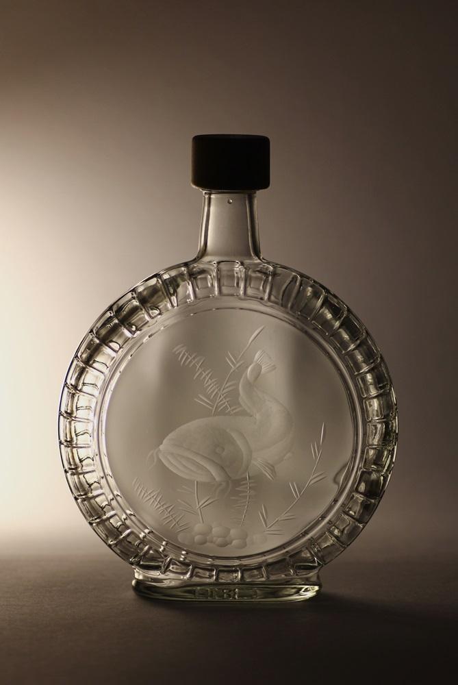 lahev na slivovici (pálenku) 0,7l s rytinou sumce, dárek pro rybáře