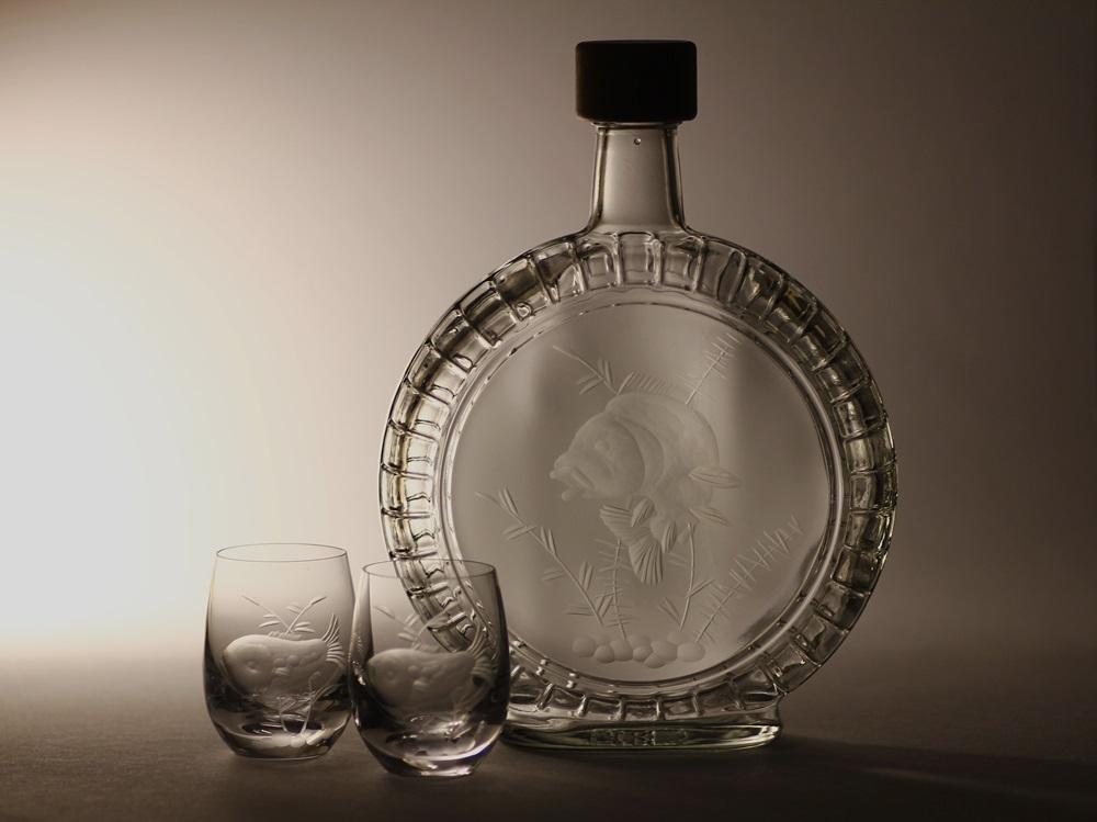 lahev na slivovici (pálenku) 0,5l + 2ks skleničky na likér, ručně rytý (broušený) motiv kapr ,dárek pro rybáře