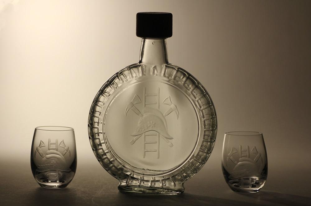 lahev na slivovici (pálenku) 0,7l + 2ks likér s rytinou hasického znaku ,dárek pro hasiče