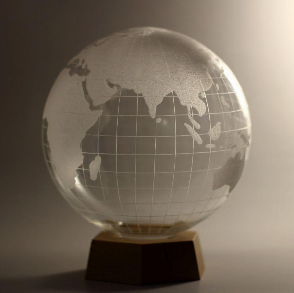 Křišťálový glóbus průměr 21cm na dřevěném podstavci, křišťálový sportovní pohár (trofej)