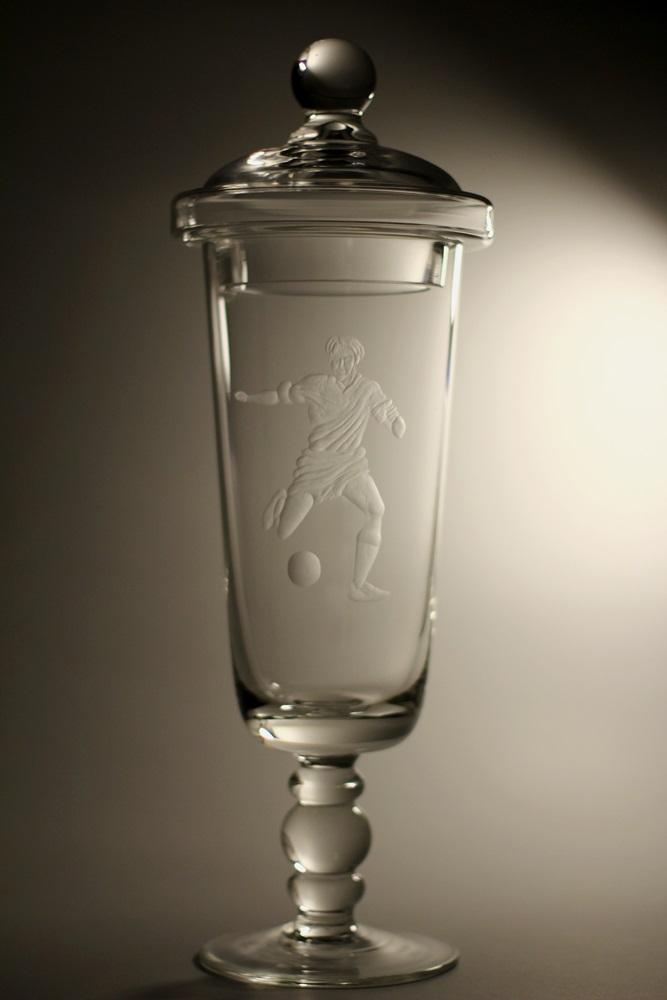 Křišťálový pohár s pokličkou, motiv fotbalista (35,5cm, 38,5cm, 41,5cm)