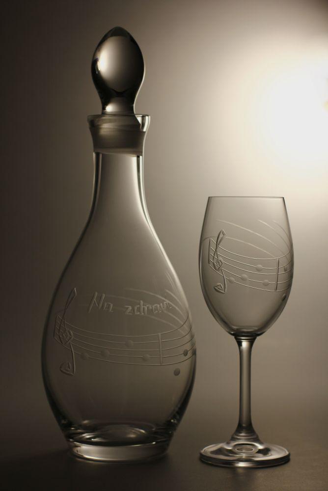 Lahev na víno 1l + 2ks sklenic na víno 350ml s rytinou not, možnost jména i výročí na přání