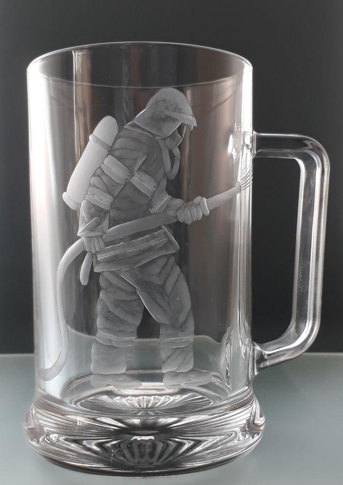 půllitr s hasičem , ručně rytý (broušený) dárek pro hasiče, hasič v akci