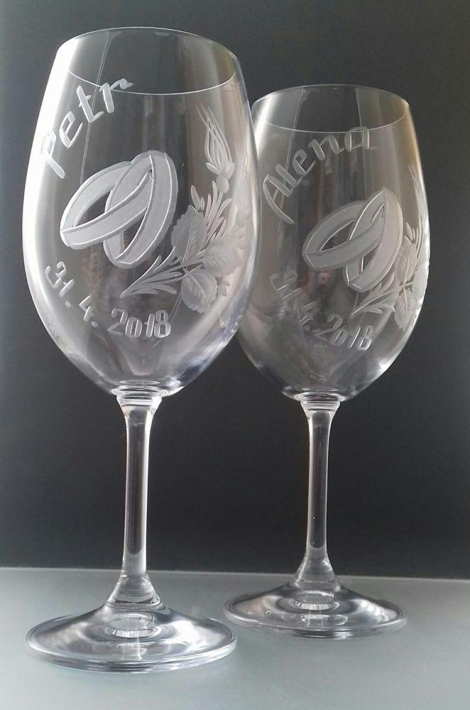 svatební sklenice 2 ks Lara 450ml na víno s rytinou prstýnků, jmény a datumem