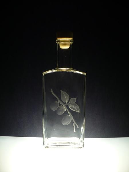 lahev na slivovici (pálenku) 0,5l, ručnčně rytý (broušený) motiv švestek , dárek pro muže