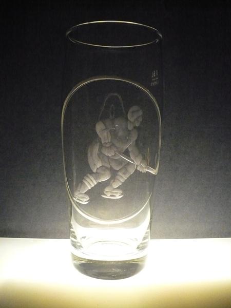 půllitr, ručně rytý (broušený) motiv hokejista, dárek pro sportovce