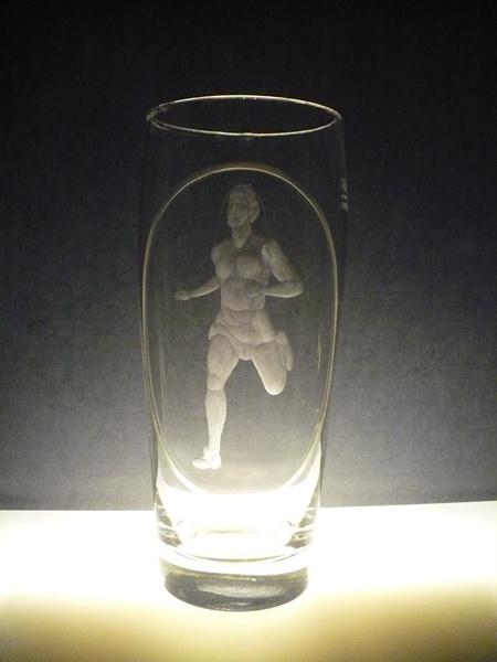 půllitr, ručně rytý (broušený) motiv běžec ,dárek pro sportovce