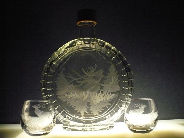 lahev na slivovici (pálenku) 0,5l + 2ks likérek, ručně rytý (broušený) lovecký motiv, dárek pro myslivce