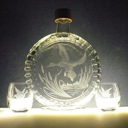 lahev na slivovici (pálenku) 0,5l + 2ks likérek, ručně rytý (broušený) lovecký motiv,dárek pro myslivce