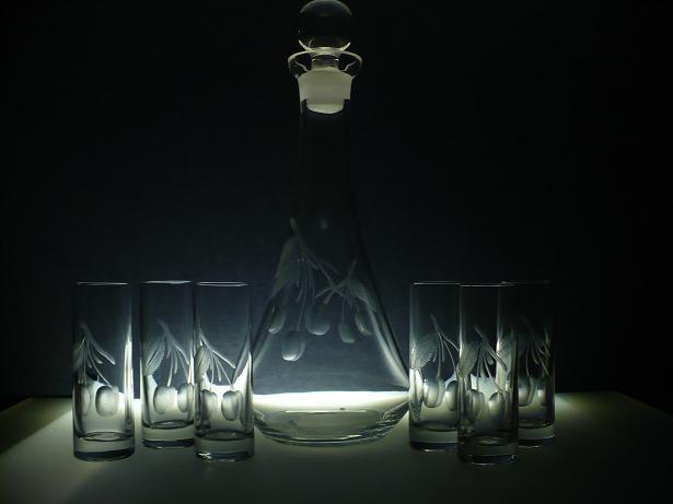 lahev na slivovici+skleničky na likér (pálenku) 6 ks Barline 50ml, ručně ryté (broušené) motiv ovoce,vhodný dárek pro dědečka