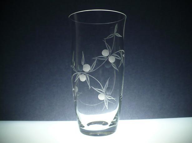 skleněná váza 23 cm, ručně rytá (broušená) motiv bobule, dárek pro ženu