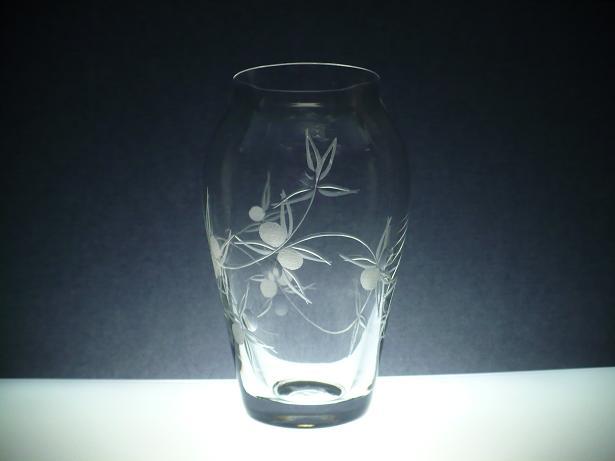 skleněná váza 16cm, ručně rytá (broušená) motiv bobule, originální luxusní dárek pro ženu