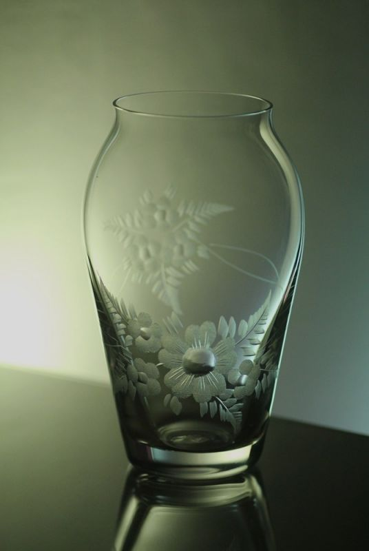 skleněná váza 16cm s rytinou květ , možnost jména na přání