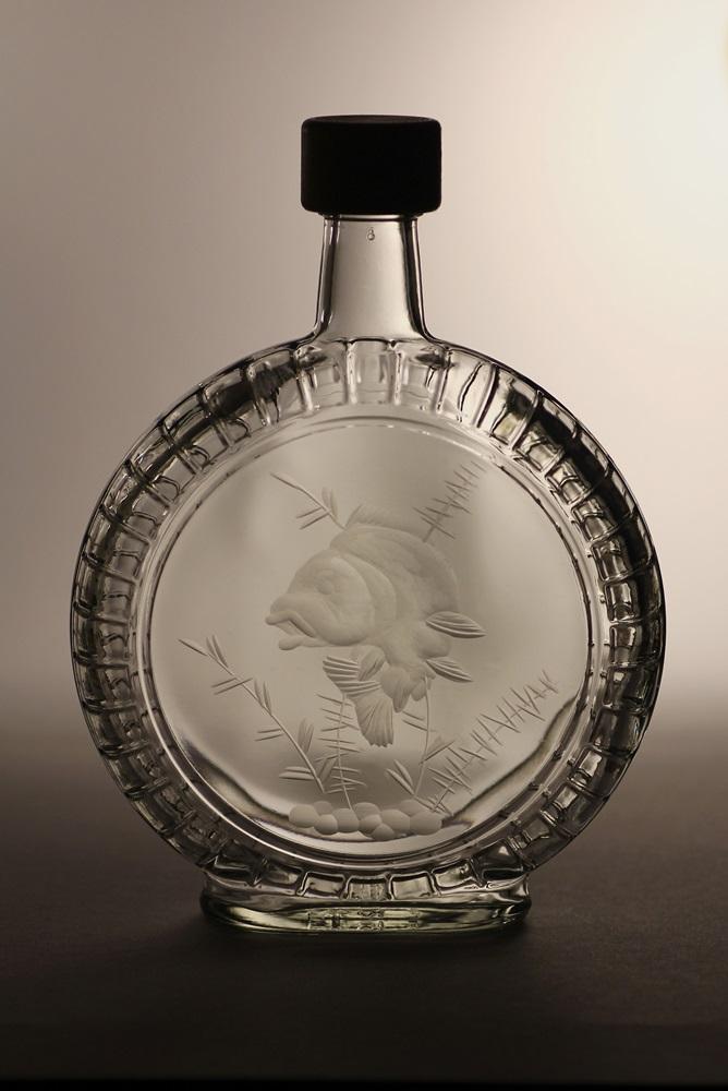 lahev na slivovici (pálenku) 0,5l,ručně rytý (broušený)motiv kapr, dárek pro dědečka