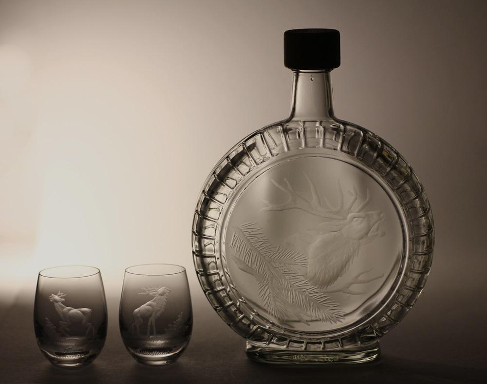 lahev na slivovici (pálenku) 0,7l + 2ks skleničky na likér, myslivost,ručně rytý (broušený)motiv jelen ,dárek pro myslivce