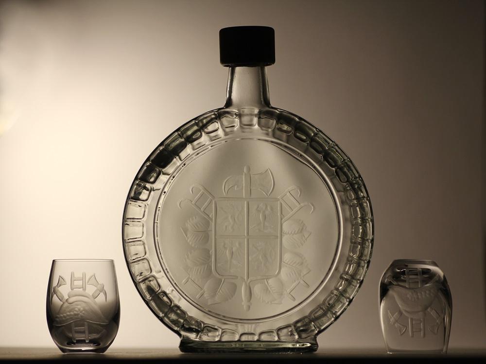 lahev na slivovici (pálenku) 0,7l + 2ks skleničky na likér, ručně rytý (broušený) motiv hasický znak ,dárek pro hasiče