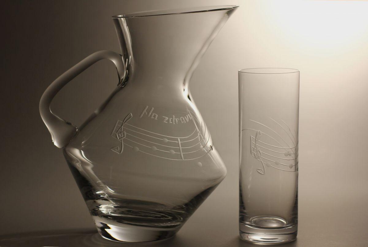skleněný džbán na pivo (vodu) 1,5l + 2ks sklenic na pivo 340ml motiv noty