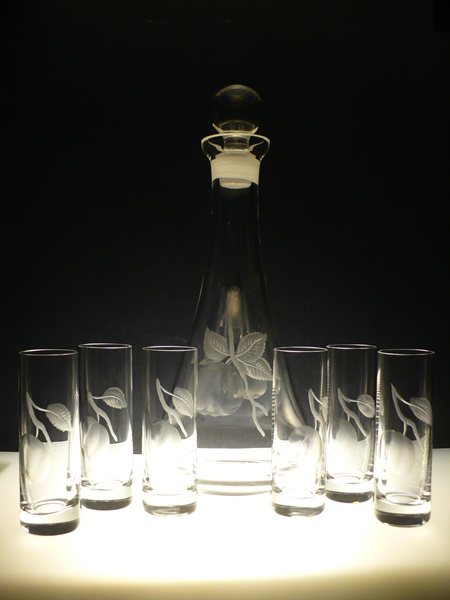 lahev na kalvádos 750ml+ skleničky na likér (pálenku) 6 ks Barline 50ml, ručně ryté (broušené), motiv ovoce,luxusní dárek
