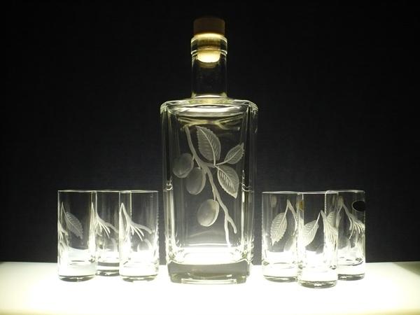 lahev na slivovici (pálenku) 0,5 l+skleničky na likér (pálenku) 6ks barline 40ml, ručně rytý (broušený) motiv švestek (na přání i jiného ovoce či motivu)