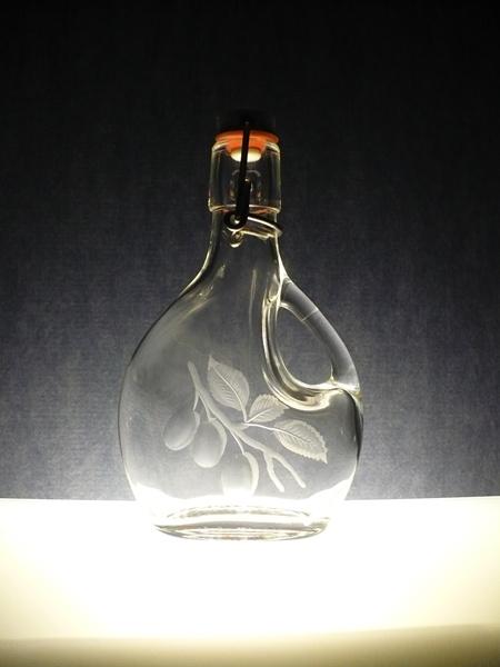 lahvinka s ouškem na slivovici (pálenku) 200ml,ručně rytý (broušený) motiv švestky, dárek pro muže