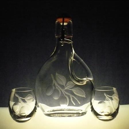 lahev s ouškem 200ml + 2 ks skleničky na slivovici (pálenku) , ručně rytý (broušený) motiv švestky,dárek pro muže