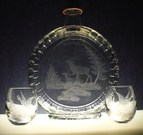 lahev na slivovici (pálenku) 0,7l + 2ks skleničky na likér, myslivost,ručně rytý (broušený) motiv jelen ,dárek pro myslivce