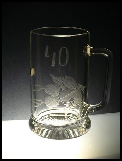 půllitr s uchem, pivní korbel, ručně rytý (broušený) motiv chmel + výročí, dárek pro muže