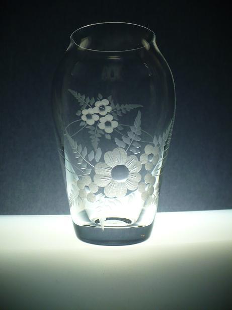 skleněná váza 16cm, ručně rytá (broušená) motiv květ , originální luxusní dárek pro ženu