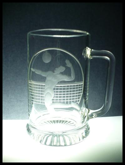 půllitr s volejbalistou, ručně rytý (broušený) motiv volejbal,dárek pro volejbalistu