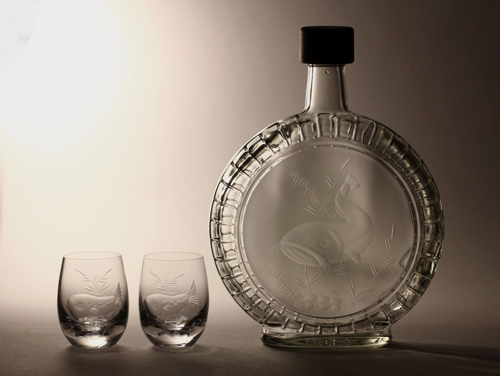 lahev na slivovici (pálenku) 0,7l s rytinou sumce + 2ks likér ,dárek pro rybáře