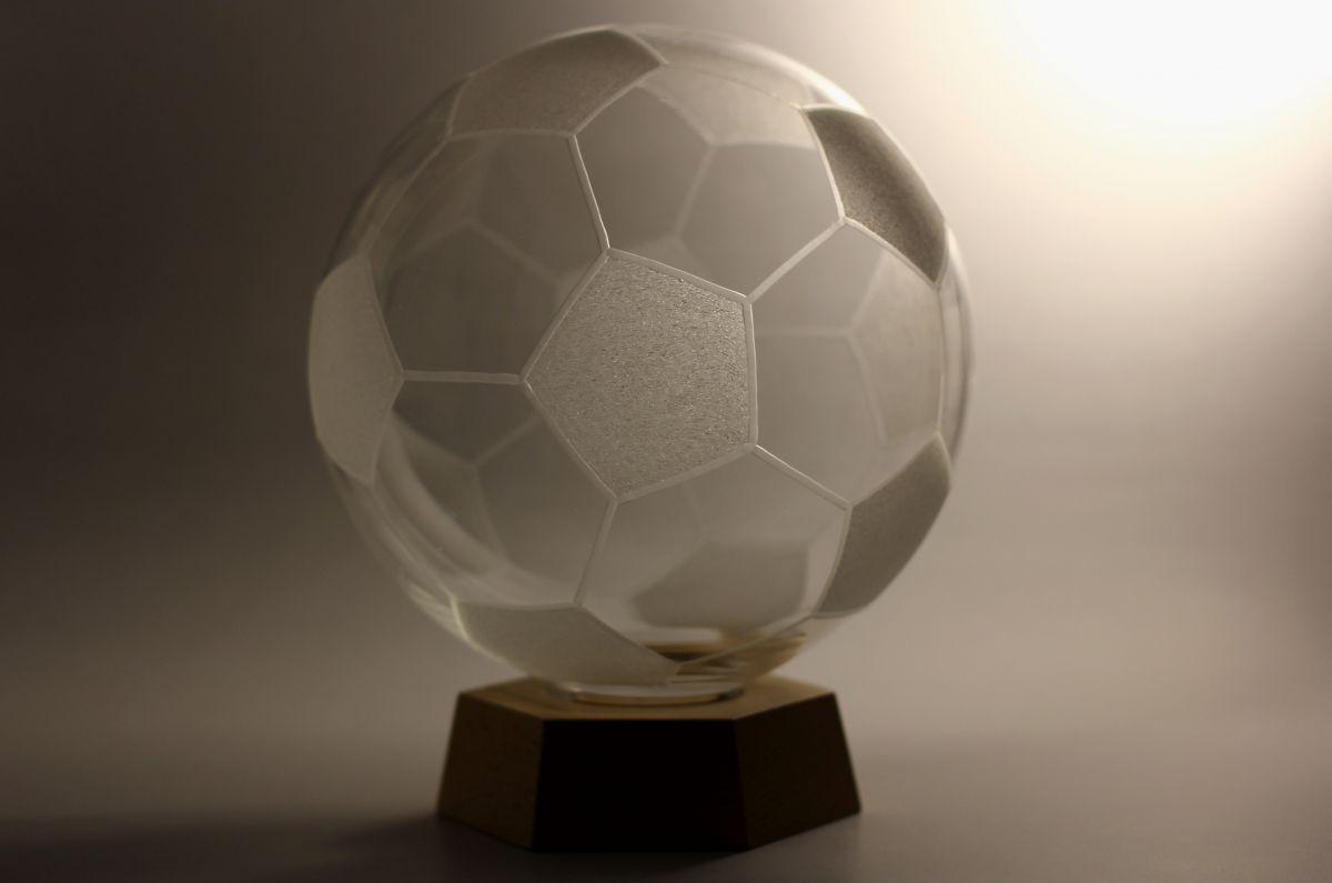 křišťálový míč průměr 21cm na dřevěném podstavci,ručně rytý (broušený), dárkové sklo i sportovní pohár (trofej)