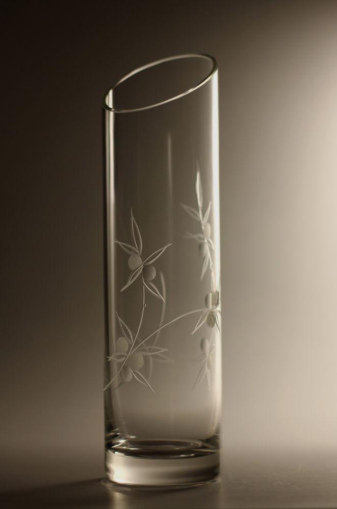 křišťálová váza šikmo seříznutá 26cm s rytinou bobule, možnost jména na přání