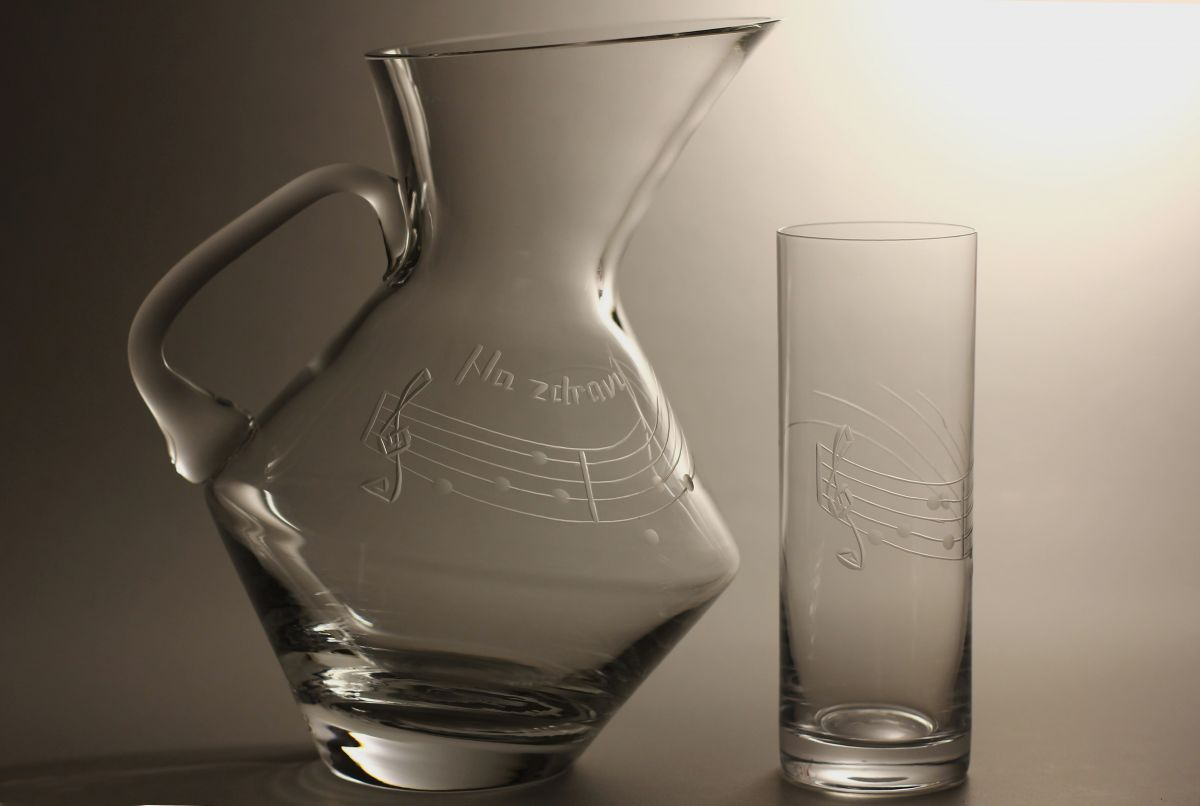 džbán na pivo (vodu) 1,5l + 2ks sklenic 300ml s rytinou not, možnost jména i výročí na přání