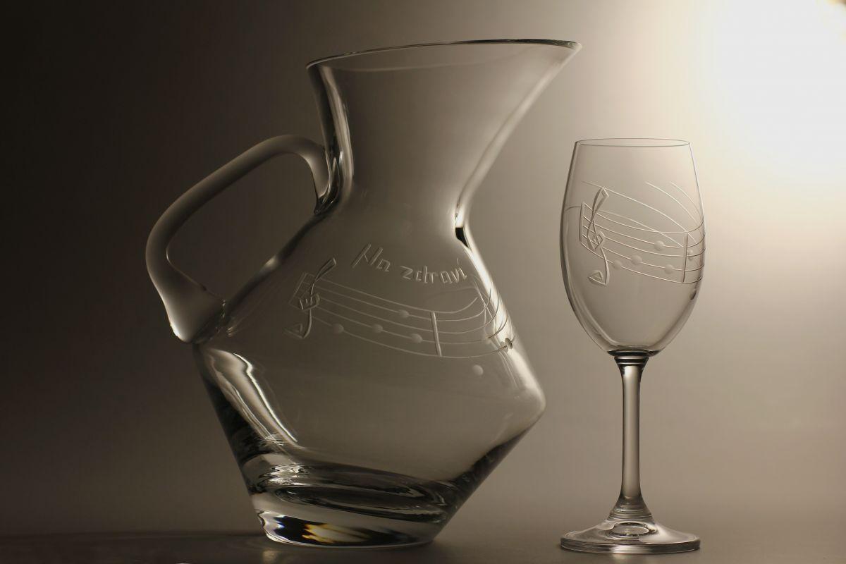 džbán na víno (vodu) 1,5l + 6ks sklenic 350ml s rytinou not, možnost jména na přání