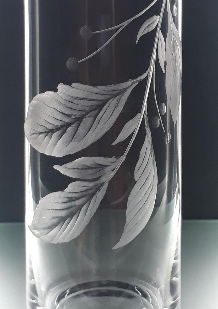 křišťálová váza šikmo seříznutá 26cm s rytinou rostlinného motivu, možnost jména na přání