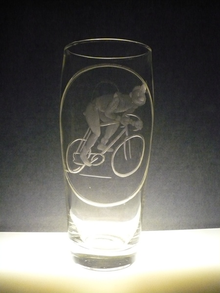 půllitr s rytinou cyklisty, dárek k narozeninám