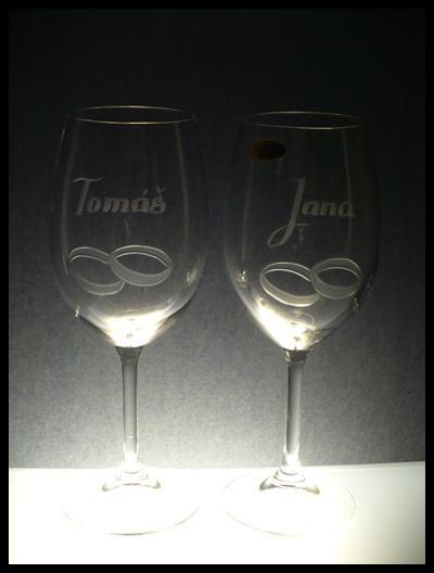 svatební sklenice 2 ks Lara 350ml na víno s rytinou prstýnků a jmény, dárek pro novomanželé