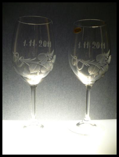 svatební skleničky 2 ks Lara 350ml na víno s rytinou prstýnků, poupat, datumu